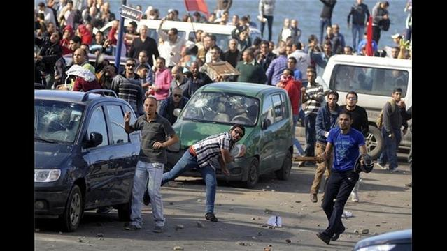 Egyptian Protesters, Police Clash as Morsi Defends Wide New Powers