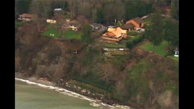 Residents Living on the Edge of a Cliff in Washington Fear the Next Storm